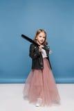 Μικρό κορίτσι στο σακάκι δέρματος και το ρόδινο ρόπαλο του μπέιζμπολ εκμετάλλευσης φουστών και την εξέταση τη κάμερα Στοκ φωτογραφίες με δικαίωμα ελεύθερης χρήσης