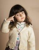 Μικρό κορίτσι στο στούντιο με από το άσπρο υπόβαθρο Στοκ εικόνες με δικαίωμα ελεύθερης χρήσης