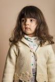 Μικρό κορίτσι στο στούντιο με από το άσπρο υπόβαθρο Στοκ εικόνα με δικαίωμα ελεύθερης χρήσης