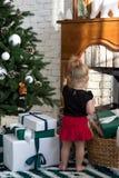 Μικρό κορίτσι στο υπόβαθρο Χριστουγέννων στοκ εικόνες