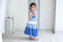 Μικρό κορίτσι στο φωτεινό δωμάτιο στοκ φωτογραφίες