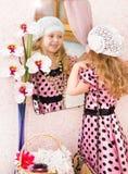 Μικρό κορίτσι στο φόρεμα που κοιτάζει στον καθρέφτη Στοκ εικόνα με δικαίωμα ελεύθερης χρήσης