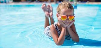Μικρό κορίτσι στο aquapark κατά τη διάρκεια των θερινών διακοπών Στοκ φωτογραφία με δικαίωμα ελεύθερης χρήσης