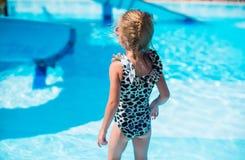 Μικρό κορίτσι στο aquapark κατά τη διάρκεια των καλοκαιρινών διακοπών Στοκ Φωτογραφίες