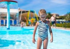 Μικρό κορίτσι στο aquapark κατά τη διάρκεια των καλοκαιρινών διακοπών Στοκ Εικόνα