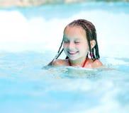 Μικρό κορίτσι στο aquapark Στοκ εικόνα με δικαίωμα ελεύθερης χρήσης