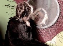 Μικρό κορίτσι στο mirrow Στοκ εικόνες με δικαίωμα ελεύθερης χρήσης