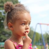 Μικρό κορίτσι της μικτής κληρονομιάς Στοκ Φωτογραφίες