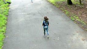 Μικρό κορίτσι της Νίκαιας που τρέχει στη μητέρα της απόθεμα βίντεο
