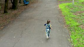 Μικρό κορίτσι της Νίκαιας που τρέχει στη μητέρα της φιλμ μικρού μήκους