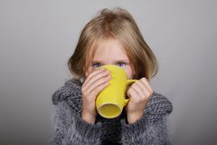 Μικρό κορίτσι τρίχας Bblond ένα φλυτζάνι του καυτού τσαγιού στα χέρια άρρωστοι παιδιών Έννοια υγειονομικής περίθαλψης χειμερινής  στοκ εικόνες με δικαίωμα ελεύθερης χρήσης