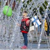 Μικρό κορίτσι, φινλανδικός ανεμιστήρας μπροστά από το χώρο του Μινσκ στοκ φωτογραφία