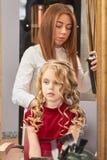 Μικρό κορίτσι hairdressing στο σαλόνι στοκ φωτογραφίες με δικαίωμα ελεύθερης χρήσης