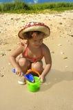 Μικρό κορίτσι playin στην άμμο Στοκ Εικόνες