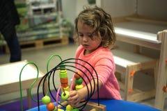 Μικρό κορίτσι playng με τα παιχνίδια Στοκ φωτογραφία με δικαίωμα ελεύθερης χρήσης
