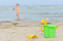 Μικρό κορίτσι playng στην αμμώδη παραλία Στοκ Εικόνα