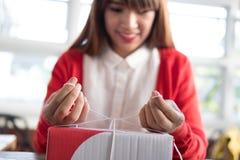 Μικρό κουτί από χαρτόνι συσκευασίας ιδιοκτητών επιχείρησης ξεκινήματος στον εργασιακό χώρο Στοκ Φωτογραφίες