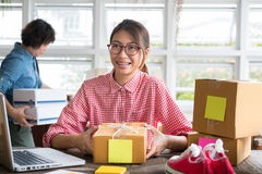 Μικρό κουτί από χαρτόνι συσκευασίας ιδιοκτητών επιχείρησης ξεκινήματος στον εργασιακό χώρο Στοκ Φωτογραφία