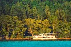 Μικρό κρουαζιερόπλοιο στη λίμνη Στοκ Φωτογραφία