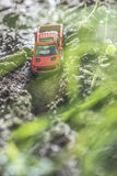 Μικρό κόκκινο από το παιχνίδι οδικών αυτοκινήτων στη φύση Στοκ εικόνες με δικαίωμα ελεύθερης χρήσης