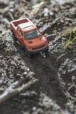 Μικρό κόκκινο από το παιχνίδι οδικών αυτοκινήτων στη φύση Στοκ Εικόνες