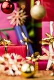 Μικρό κόκκινο κιβώτιο δώρων κάτω από τα μπιχλιμπίδια στοκ φωτογραφίες με δικαίωμα ελεύθερης χρήσης