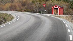 Μικρό κόκκινο ξύλινο κτήριο στάσεων λεωφορείου Στοκ Εικόνες