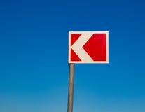 Μικρό κόκκινο σημάδι κυκλοφορίας ενάντια σε έναν μπλε ουρανό Στοκ Εικόνα