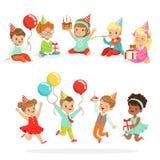 Μικρό κόμμα εορτασμού γενεθλίων παιδιών με τις εορταστικές ιδιότητες και το λατρευτό σύνολο παιδιών χαρακτήρων ελεύθερη απεικόνιση δικαιώματος