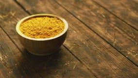 Μικρό κύπελλο του πορτοκαλιού turmeric καρυκεύματος απόθεμα βίντεο
