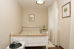 μικρό λευκό κρεβατοκάμα&rho Στοκ φωτογραφίες με δικαίωμα ελεύθερης χρήσης