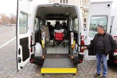 Μικρό λεωφορείο για τα φυσικά με ειδικές ανάγκες άτομα στοκ εικόνα