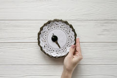 Μικρό μαύρο κλειδί σε ένα πιάτο χάλυβα Άσπρα ξύλινα υπόβαθρο και διάστημα για το κείμενο Στοκ Εικόνα