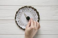 Μικρό μαύρο κλειδί σε ένα πιάτο χάλυβα Άσπρα ξύλινα υπόβαθρο και διάστημα για το κείμενο Στοκ εικόνες με δικαίωμα ελεύθερης χρήσης