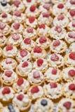 Μικρό μούρο cupcakes χειροποίητο Πίνακας συμποσίου catering στοκ εικόνες