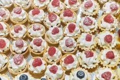 Μικρό μούρο cupcakes χειροποίητο Πίνακας συμποσίου catering στοκ φωτογραφίες με δικαίωμα ελεύθερης χρήσης
