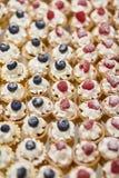 Μικρό μούρο cupcakes χειροποίητο Πίνακας συμποσίου catering στοκ φωτογραφίες