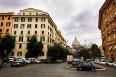 Μικρό μπλε ναυτικό αυτοκίνητο της Φίατ στις οδούς της Ρώμης κοντά στο SAN Pietro στο Βατικανό και τα παλαιά παραδοσιακά κτήρια Στοκ φωτογραφία με δικαίωμα ελεύθερης χρήσης