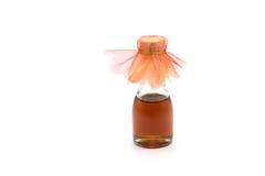 Μικρό μπουκάλι του μελιού στο άσπρο υπόβαθρο στοκ εικόνα με δικαίωμα ελεύθερης χρήσης