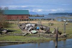 Μικρό ναυάγιο στο χλοώδες έλος Στοκ Εικόνες