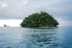 Μικρό νησί και νεφελώδης ουρανός μετά από τη βροχή στοκ φωτογραφίες με δικαίωμα ελεύθερης χρήσης