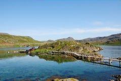 Μικρό νησί με το χωριό στο φιορδ, Mageroya. Στοκ Φωτογραφίες