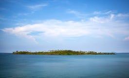 Μικρό νησί στη μέση της θάλασσας το πρωί Στοκ φωτογραφία με δικαίωμα ελεύθερης χρήσης