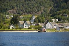 Μικρό νορβηγικό χωριό στο hardangerfjord Στοκ Εικόνες