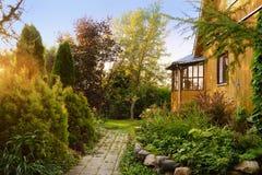 Μικρό ξύλινο εξοχικό σπίτι με το ηλιόλουστο κατώφλι Στοκ φωτογραφία με δικαίωμα ελεύθερης χρήσης