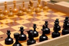Μικρό ξύλινο παλαιό σύνολο σκακιού ταξιδιού Στοκ Φωτογραφίες