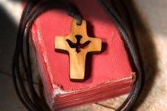Μικρό ξύλινο Crucifix με το περιστέρι και τη Βίβλο Στοκ Εικόνες
