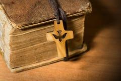 Μικρό ξύλινο Crucifix με το περιστέρι και τη Βίβλο Στοκ εικόνα με δικαίωμα ελεύθερης χρήσης