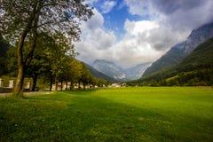 Μικρό ορεινό χωριό με την όμορφη αλέα δέντρων κατά τη διάρκεια της ηλιόλουστης ημέρας, Σλοβενία Στοκ φωτογραφία με δικαίωμα ελεύθερης χρήσης