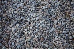 Μικρό πάτωμα βράχων χαλικιών παραλιών ελαφρύ Διαφορετική σύσταση υποβάθρου πετρών στη φύση υπαίθρια Αμμοχάλικο πλέγματος με διάφο στοκ φωτογραφία με δικαίωμα ελεύθερης χρήσης